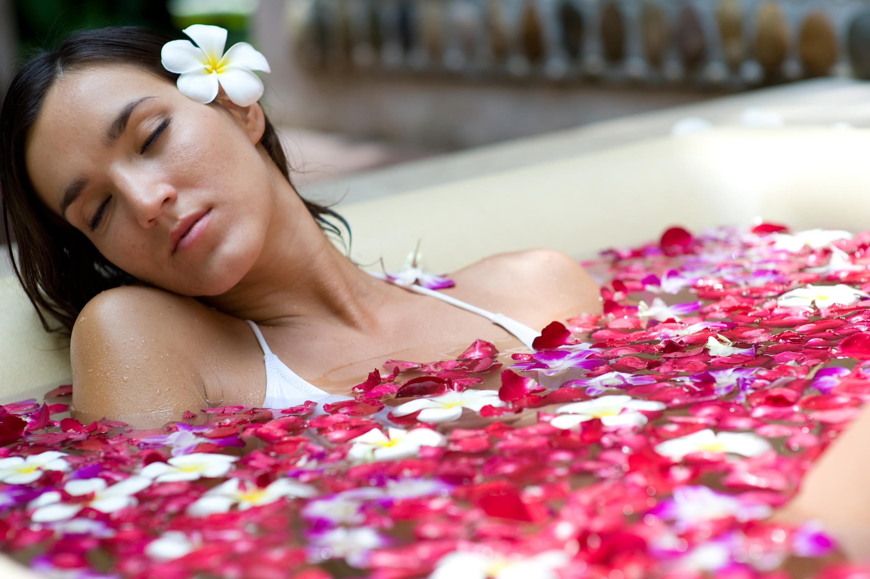 Фото девушек в ванне с лепестками роз 15 фотография